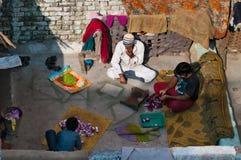 剥在屋顶的葱的家庭的印地安人 免版税图库摄影