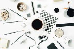 剥皮博客作者、艺术家、杂志和社会媒介的位置构成 自由职业者黑样式工作区用无奶咖啡,剪影 库存图片