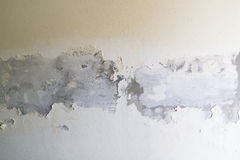 绘剥落白色混凝土墙 库存照片