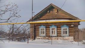 剥落老村庄在一个积雪的空的村庄用俄语,关闭 库存图片