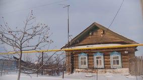 剥落老村庄在一个积雪的空的村庄用俄语 免版税库存照片