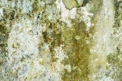 剥落难看的东西的老片状白色油漆崩裂了墙壁 库存图片