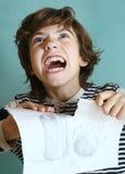 剥去他的愤怒泪花的男孩工作 免版税库存图片