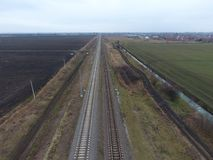 剧情铁路 在路轨的顶视图 电车的高压输电线 免版税库存照片