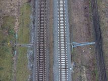剧情铁路 在路轨的顶视图 电车的高压输电线 免版税库存图片
