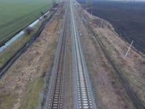 剧情铁路 在路轨的顶视图 电车的高压输电线 免版税图库摄影