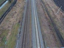 剧情铁路 在路轨的顶视图 电车的高压输电线 库存照片