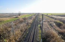 剧情铁路 在路轨的顶视图 电车的高压输电线 库存图片