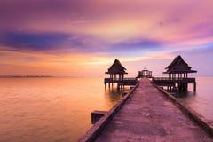 剧烈在导致海岸的走的方式的日落天空以后 免版税库存图片