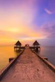 剧烈在导致海洋地平线的走的方式的日落天空以后 库存图片