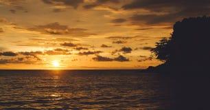 剧烈日落在海岛上 免版税库存照片