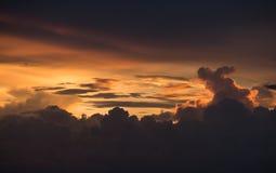 剧烈的云彩和天空在日落背景 免版税库存图片