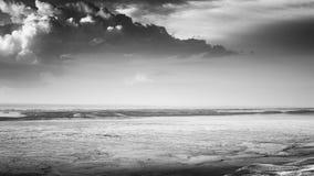 剧烈的云彩和失去的谷B&W 免版税库存照片