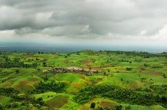 剧烈的云彩和广角风景 免版税库存照片