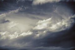 剧烈的冬天cloudscape在bw背景中 库存照片