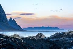 剧烈的冰岛沿海地带山风景 免版税库存图片