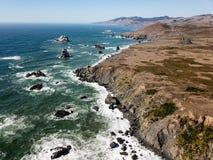 剧烈的加利福尼亚海岸线鸟瞰图  免版税库存图片
