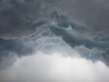 剧烈的在城市的积雨云风雨如磐的云彩 免版税库存照片