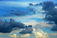 剧烈的多云天空的水平的自然图象 免版税库存图片
