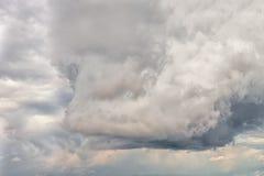 剧烈的多云天空背景 免版税库存照片
