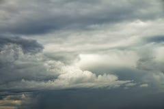 剧烈的多云天空背景 库存照片