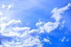 剧烈的多云天空覆盖-自然天空背景 库存图片