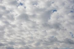 剧烈的多云天空,自然照片背景 库存照片