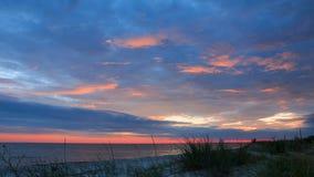 剧烈的天空和日落在海滩 时间间隔4K 股票录像