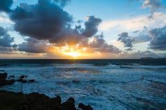 剧烈的天空和风大浪急的海面日落的 免版税库存图片