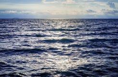 剧烈的天空的深蓝海洋 免版税库存照片