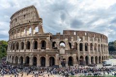剧烈的天空的罗马体育场 树和人围拢 免版税库存图片