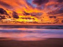 剧烈的天空美丽的景色与云彩的 免版税库存照片