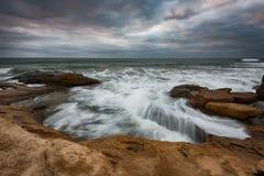 剧烈的天空,大波浪,在风暴之前的cloudscape在岸附近 免版税库存照片