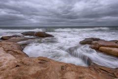 剧烈的天空,大波浪,在风暴之前的cloudscape在岸附近 免版税图库摄影