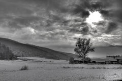 剧烈的天空,太阳光芒通过云彩 免版税库存照片