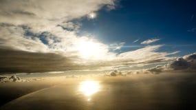 剧烈的太阳与下面海洋的被填装的地平线 库存图片