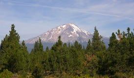 剧烈的太阳光击中沙斯塔山喀斯喀特山脉加利福尼亚 库存照片