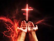 剧烈的宗教背景地狱领土,在深红启示天空,判决日的明亮的闪电 库存图片