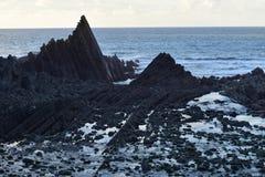 剧烈的岩层, Begberry海滩, Hartland,德文郡 库存照片