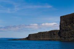 剧烈的峭壁面对从海洋出来在离纽芬兰的附近海岸  免版税库存图片