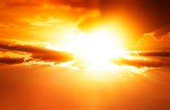 剧烈的日落光芒cloudscape背景 免版税库存图片