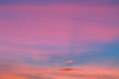剧烈的日落和日出天空 库存照片