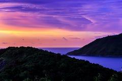 剧烈的日落在普吉岛,泰国 免版税库存照片