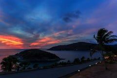 剧烈的日落在普吉岛,泰国 免版税库存图片