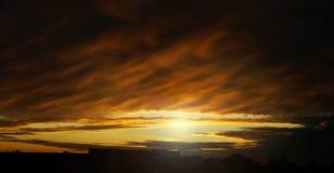 剧烈的日落天空在城市-自然本底 免版税库存图片
