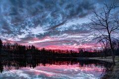 剧烈的日落池塘 库存照片