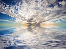 剧烈的日落的全景在水中反射了 库存图片