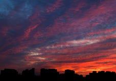 剧烈的晚上cloudscape在城市 免版税库存图片