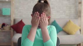 剧烈的有瑕疵或烧伤面孔的射击画象哀伤的疲乏的青少年的女孩用她的手和哭喊盖她的面孔 股票视频