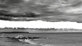 剧烈的毯子云层天空作为沿天际的风暴酿造,在黑&白色 库存照片